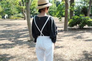 アトリエナルセの白のサロペットと黒いブラウスを着ている自分の後ろ姿
