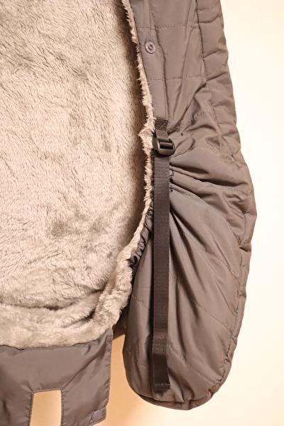 べビーホッパーのエルゴの防寒カバーのアジャスター部分をきつくしたときの写真