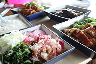 鰻と薬味と素麺と揚げナスの写真