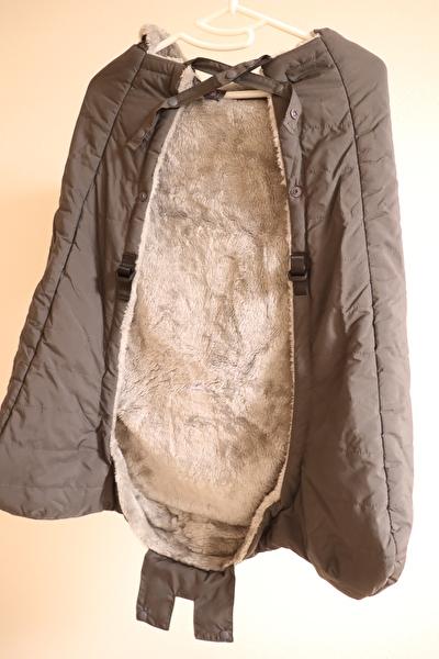 ベビーホッパーのエルゴの防寒カバーのグレーをハンガーにかけている裏側からの写真