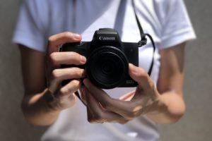 CanonKissmのカメラを持っている自分の写真