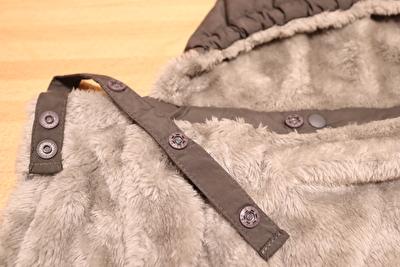 ベビーホッパーのエルゴ防寒カバーの肩のボタン部分の写真
