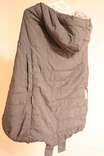 ベビーホッパーのエルゴの防寒カバーのグレーをハンガーにかけている正面からの写真