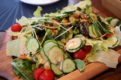 木のお皿にのったサラダ