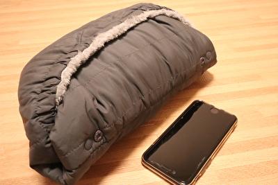 ベビーホッパーのエルゴの防寒カバーを小さくしてアイフォンと大きさを比較している写真