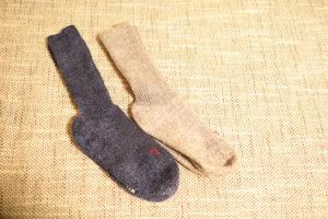 FALKEの紺色とグレーの靴下片足ずつ