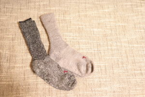 FALKEのブラックとグレーの靴下片足ずつ