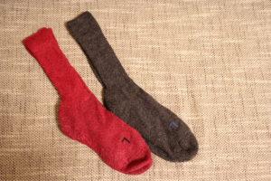 FALKEのレッドとチャコールグレーの靴下片足ずつ