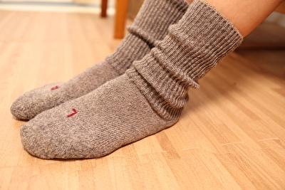 ファルケのウォーキシリーズのグレーを履いている自分の足元の写真
