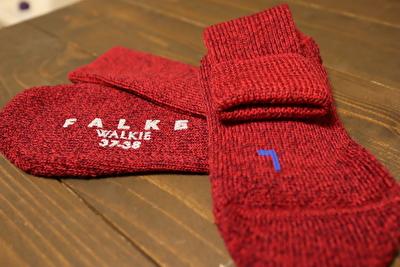 ファルケのウォーキの赤い靴下