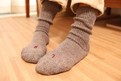 ファルケのウォーキのグレーを履いている自分の足元の写真