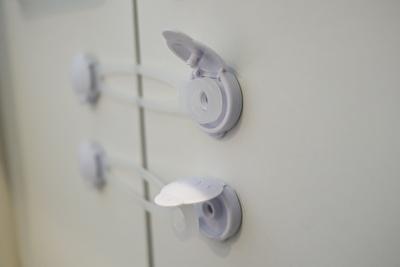 ダイソーで買った開き戸安全ロックを洗面所の扉につけて開いている状態の写真