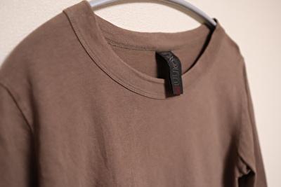 ホームスパンの七分袖の茶色のカットソーの首元の写真