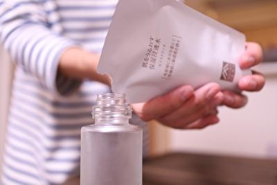 松山油脂の保湿化粧水の詰め替えをしている写真