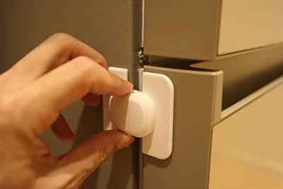 セリアで買った冷蔵庫引き出サイドロックを冷蔵庫に貼ってからの使い方の写真