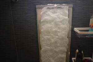 お風呂の鏡にキッチンペーパーにお酢を染み込ませたものを張りつけた写真
