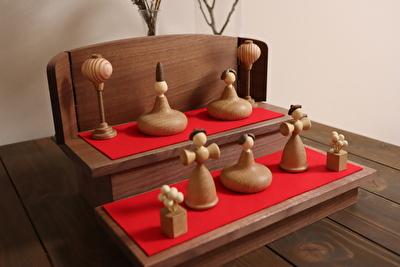三浦木地さんの雛人形をダイニングテーブルに置いている写真