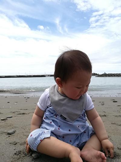 H&Mベビーのキャミソール型ロンパースを着ている娘の写真
