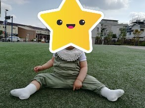 H&Mベビーのタンクトップ型ロンパースを着ている娘の写真