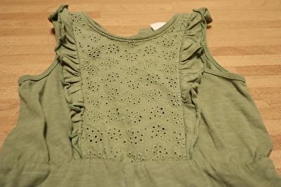 H&Mで買ったカーキのタンクトップオールインワンの胸元の刺繍の写真