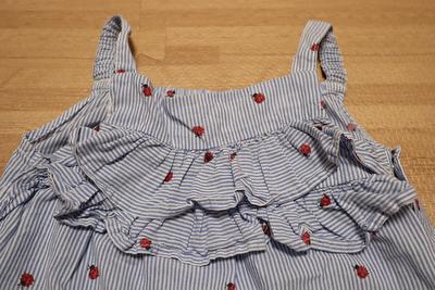 H&Mで買ったストライプとてんとう虫柄のキャミソールオールインワンの胸元のフリル部分の写真