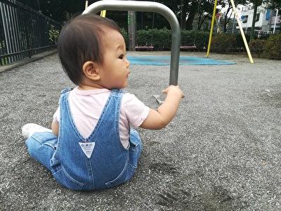 H&MベビーのピンクのTシャツとデニムのおーばオールを着ている娘の後ろ姿の写真