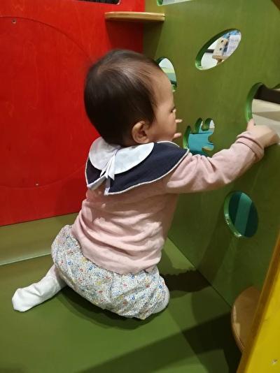H&Mベビーのピンクの長袖カットソーを着ている娘の写真
