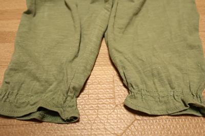 H&Mで買ったカーキのタンクトップオールインワンの裾部分の写真
