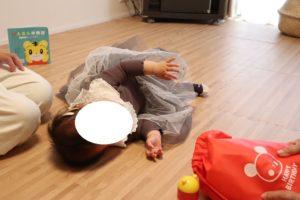 一升餅を背負わせた後床に寝そべって泣いている娘