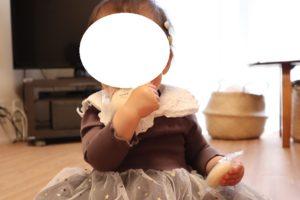 小分けの袋入りのお餅を食べている1歳の娘