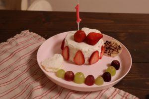 1の数字のろうそくの立った赤ちゃん用のいちごケーキ
