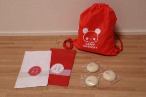 パンダの絵が描いてある赤いリュックと一升餅を小分けにしてあるお餅とそれを入れる小分けの袋