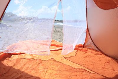 ポップアップテントの虫よけのメッシュカーテンの写真