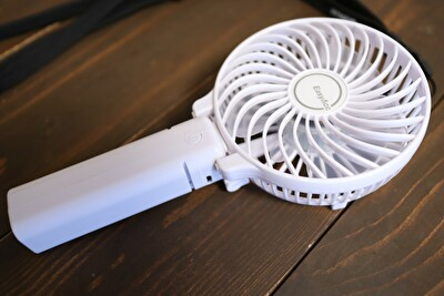 amazonで買った白いハンディ扇風機の写真