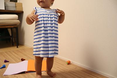 プチバトーの青いボーダーのワンピースを着た娘の正面からの写真