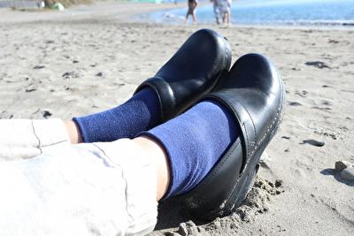 ダンスコの黒い靴と青い靴下を合わせている自分の足元の写真