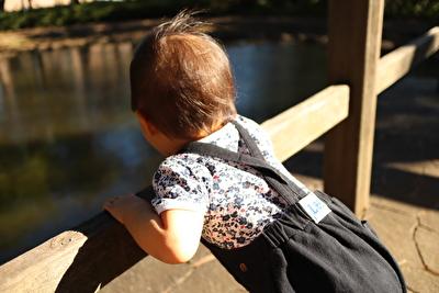 プチバトーの肌着と黒いサロペットを着ている娘の写真