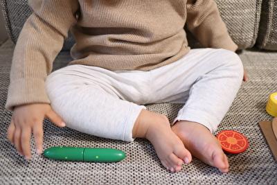 プチバトーのグレーのカルソンを娘が着ている足元の写真
