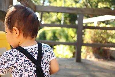 プチバトーの肌着と黒いサロペットを着ている娘の後ろ姿の写真