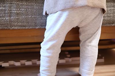 プチバトーのグレーのカルソンを娘が着ている後ろ姿の写真