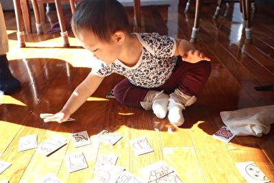 100均絵合わせカードで娘が遊んでいる写真