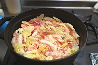 ストウブのラウンドココット22㎝で作った白菜と豚バラの重ね蒸しの蒸す前の写真