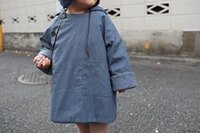 MAKIEのチャコールグレーのGASAジャケットを娘にきせて正面から撮った写真
