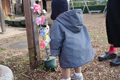 MAKIEのチャコールグレーのGASAジャケットを娘にきせて後ろから撮った写真