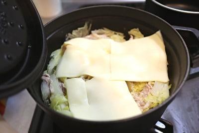 ストウブのラウンドココット22㎝で作った白菜と豚バラの重ね蒸しの上にとろけるチーズを重ねた写真