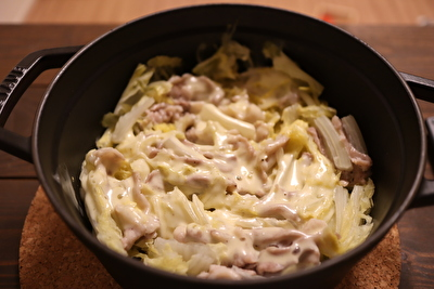 ストウブのラウンドココット22㎝で作った白菜と豚バラの重ね蒸しの上にとろけるチーズを重ねえて出来上がったときの写真