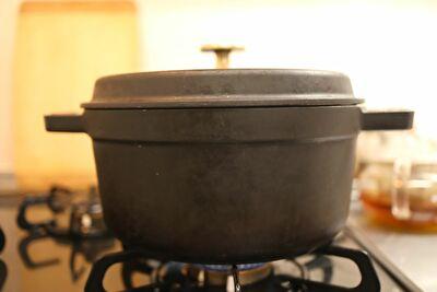 ストウブ22㎝最弱火でご飯を炊いている写真