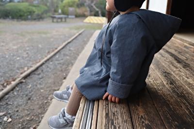 MAKIEのチャコールグレーのGASAジャケットを娘にきせて横から撮った写真