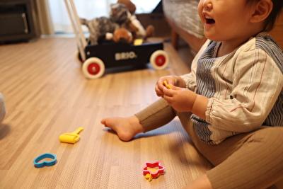 ダイソーで買ったこむぎねんどで楽しそうに遊んでいる娘の写真