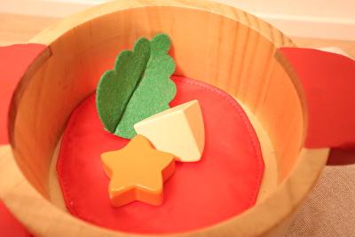 ウッディプッディのお鍋のセットの小物を入れている写真